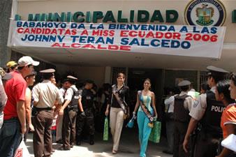 Candidatas a Miss Ecuador 2006 .- Estefania Iturralde y Mayra Rios, saliendo del Municipio de Babahoyo