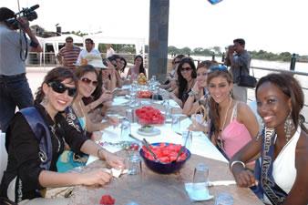 Candidatas a Miss Ecuador 2006 .- Candidatas almorzando en el Malecón de Babahoyo