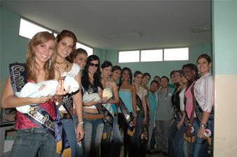 Candidatas a Miss Ecuador 2006 .- Visita de las Candidatas a 'Baba' Centro Materno Infantil