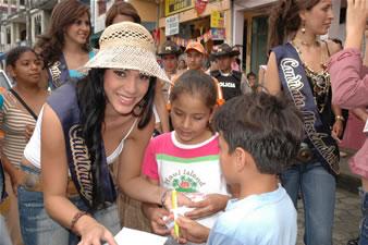 Candidatas a Miss Ecuador 2006 .- Katty Lòpez y niños de Bucay