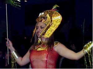 Reina de Cuenca 2002 .- Segura y radiante Paola Cuesta desfila en traje típico