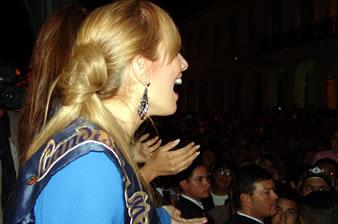 Candidatas a Miss Ecuador 2006 .- Estephani Saman candidata al certamen de Miss Ecuador 2006, muestra su asombro ante la acogida de mas de 1000 personas que dieron la bienvenida a todas las candidatas a la ciudad de Cuenca, lugar que por primera vez se realizará el evento de Miss Ecuador 2006