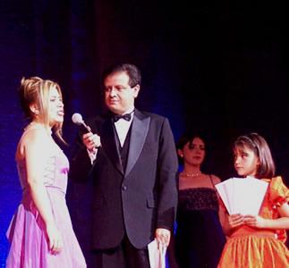 Reina de Cuenca 2002 .- Serena y confiada, Paola Cuesta respondiendo a la pregunra realizada por Fernando Reino