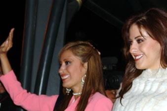 Candidatas a Miss Ecuador 2006 .- Jessica Bajaña y Estefanía Iturralde saludan al publico Cuencano durante la noche de bienvenida