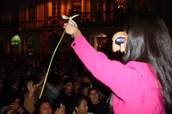 Candidatas a Miss Ecuador 2006 .- Rebeca Flores muestra su agradecimiento por la bienvenida recibida por parte de los Cuencanos en la Plazoleta del Parque Calderón
