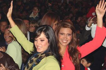 Candidatas a Miss Ecuador 2006 .- Katty López y Laura Cruz saludan muy felices al publico Cuencano y muestran su gratitud por toda la acogida