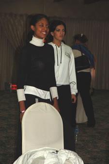 Candidatas a Miss Ecuador 2006 .- Denisse Rodríguez y Mirelly Barzola practican sus pasos para la noche del evento
