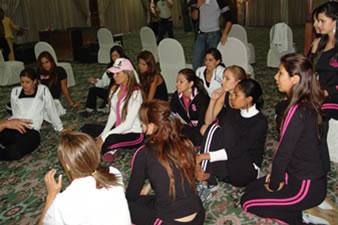 Candidatas a Miss Ecuador 2006 .- Atentas y con muchas ganas las 15 candidatas ponía atención a las indicaciones del profesor de coreografía para la noche de la elección de Miss Ecuador 2006