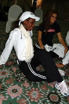 Candidatas a Miss Ecuador 2006 .- Karla Caicedo y Estefany Mata durante las practicas de coreografía