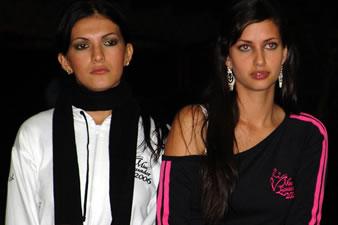 Candidatas a Miss Ecuador 2006 .- Mirelly Barzola y Rebeca Flores candidatas a Miss Ecuador 2006, escuchan atentamente al instructor de coreografía
