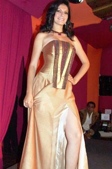 Candidatas a Miss Ecuador 2006 .- Mirelly Barzola, candidata a Miss Ecuador 2006, luce un diseño de Eduar Lamprea. La mezcla de diversos materiales y la experimentación con variadas técnicas han hecho de Eduar Lamprea uno de los más destacados diseñadores del país.