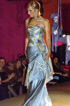 Candidatas a Miss Ecuador 2006 .- Estephani Saman, candidata a Miss Ecuador 2006, luce un diseño de Eduar Lamprea. La mezcla de diversos materiales y la experimentación con variadas técnicas han hecho de Eduar Lamprea uno de los más destacados diseñadores del país.