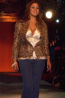 Candidatas a Miss Ecuador 2006 .- Mayra Rios, candidata a Miss Ecuador 2006, luce un diseño de Olga Doumet. Los delicados tonos metálicos que aportan a las fibras enriquecen la vista, enseña la silueta de una mujer seducida y femenina, que se deja llevar por los toques de las sedas y brocados