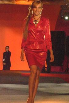 Candidatas a Miss Ecuador 2006 .- Estephani Saman, candidata a Miss Ecuador 2006, luce un diseño de Olga Doumet. Los delicados tonos metálicos que aportan a las fibras enriquecen la vista, enseña la silueta de una mujer seducida y femenina, que se deja llevar por los toques de las sedas y brocados
