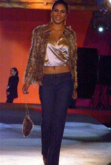 Candidatas a Miss Ecuador 2006 .- Sandra Armijos, candidata a Miss Ecuador 2006, luce un diseño de Olga Doumet. Los delicados tonos metálicos que aportan a las fibras enriquecen la vista, enseña la silueta de una mujer seducida y femenina, que se deja llevar por los toques de las sedas y brocados