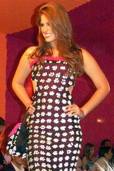 Candidatas a Miss Ecuador 2006 .- Estefany Mata, candidata a Miss Ecuador 2006, luce un diseño de Olga Doumet. En cuanto a los trajes de noche, la propuesta de vestidos ultra-femeninos, ricos y destellantes como las estrellas del firmamento