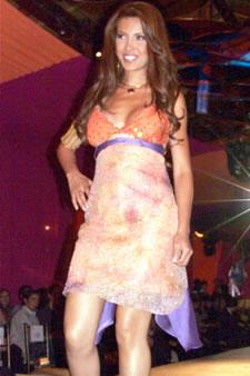 Candidatas a Miss Ecuador 2006 .- Laura Cruz, candidata a Miss Ecuador 2006, luce un diseño de Olga Doumet. En cuanto a los trajes de noche, la propuesta de vestidos ultra-femeninos, ricos y destellantes como las estrellas del firmamento