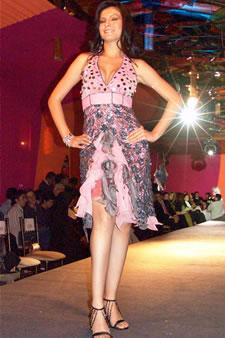Candidatas a Miss Ecuador 2006 .- Mirelly Barzola, candidata a Miss Ecuador 2006, luce un diseño de Olga Doumet. En cuanto a los trajes de noche, la propuesta de vestidos ultra-femeninos, ricos y destellantes como las estrellas del firmamento
