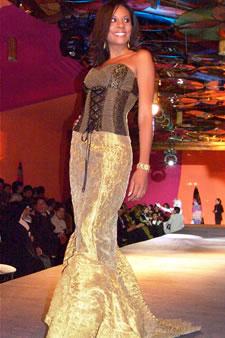 Candidatas a Miss Ecuador 2006 .- Denisse Rodriguez, candidata a Miss Ecuador 2006, luce un diseño de Olga Doumet. En cuanto a los trajes de noche, la propuesta de vestidos ultra-femeninos, ricos y destellantes como las estrellas del firmamento