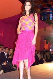 Candidatas a Miss Ecuador 2006 .- Rebeca FLores, candidata a Miss Ecuador 2006, luce un diseño de Olga Doumet. En cuanto a los trajes de noche, la propuesta de vestidos ultra-femeninos, ricos y destellantes como las estrellas del firmamento