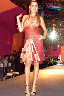 Candidatas a Miss Ecuador 2006 .- Jessica Bajaña, candidata a Miss Ecuador 2006, luce un diseño de Olga Doumet. En cuanto a los trajes de noche, la propuesta de vestidos ultra-femeninos, ricos y destellantes como las estrellas del firmamento