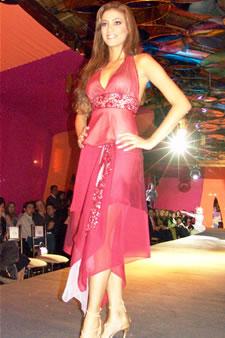 Candidatas a Miss Ecuador 2006 .- Tahiz Panús, candidata a Miss Ecuador 2006, luce un diseño de Olga Doumet. En cuanto a los trajes de noche, la propuesta de vestidos ultra-femeninos, ricos y destellantes como las estrellas del firmamento