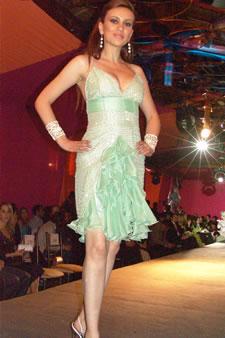 Candidatas a Miss Ecuador 2006 .- Ma. Augusta Gortaire, candidata a Miss Ecuador 2006, luce un diseño de Olga Doumet. En cuanto a los trajes de noche, la propuesta de vestidos ultra-femeninos, ricos y destellantes como las estrellas del firmamento