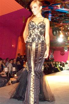 Candidatas a Miss Ecuador 2006 .- Estephani Saman, candidata a Miss Ecuador 2006, luce un diseño de Olga Doumet. En cuanto a los trajes de noche, la propuesta de vestidos ultra-femeninos, ricos y destellantes como las estrellas del firmamento