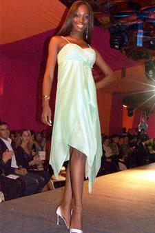 Candidatas a Miss Ecuador 2006 .- Karla Caicedo, candidata a Miss Ecuador 2006, luce un diseño de Olga Doumet. En cuanto a los trajes de noche, la propuesta de vestidos ultra-femeninos, ricos y destellantes como las estrellas del firmamento