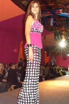 Candidatas a Miss Ecuador 2006 .- Estefania Iturralde, candidata a Miss Ecuador 2006, luce un diseño de Olga Doumet. En cuanto a los trajes de noche, la propuesta de vestidos ultra-femeninos, ricos y destellantes como las estrellas del firmamento