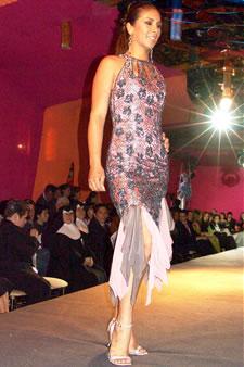 Candidatas a Miss Ecuador 2006 .- Sandra Armijos, candidata a Miss Ecuador 2006, luce un diseño de Olga Doumet. En cuanto a los trajes de noche, la propuesta de vestidos ultra-femeninos, ricos y destellantes como las estrellas del firmamento