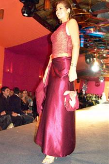Candidatas a Miss Ecuador 2006 .- Ma. Eugenia Macías, candidata a Miss Ecuador 2006, luce un diseño de Olga Doumet. En cuanto a los trajes de noche, la propuesta de vestidos ultra-femeninos, ricos y destellantes como las estrellas del firmamento
