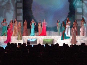 Eleccion Miss Ecuador 2006 .- Las 15 candidatas en su tercera aparición sobre el escenario esta vez en traje de gala, luciendo diseños exclusivos para cada una de ellas y elaborados por la Asociación de Diseñadores del país