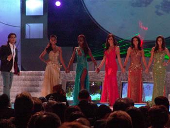 Eleccion Miss Ecuador 2006 .- Danilo Rosero junto a las cinco finalistas momentos previos a la última ronda de preguntas.