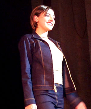 Reina de Cuenca 2002 .- Con la comodidad de una salida informal vemos a Paula Silva, luciendo los tan de moda jeans