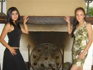 Candidatas a Morlaquita 2006 .- Karina Muñoz Calle y Andrea Dávila Astudillo, candidatas a Morlaquita 2006, en la secion de fotos en los Jardines de San Joaquin