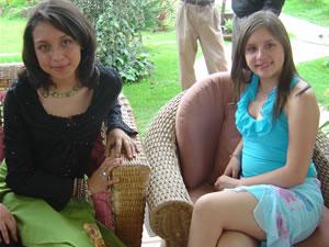 Candidatas a Morlaquita 2006 .- Andrea Estefania Ramirez Rivas y Andrea Velez Astudillo, candidatas a Morlaquita 2006, en la secion de fotos en los Jardines de San Joaquin