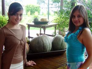 Candidatas a Morlaquita 2006 .- Adriana Ávila Machuca y Andrea Velez, candidatas a Morlaquita 2006, en la secion de fotos en los Jardines de San Joaquin