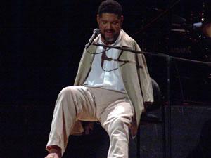 Tony Meléndez en Cuenca .- Es un hombre de origen nicaragüense que vive en EEUU. Por culpa de la talydomida nació sin brazos. Es músico y tocó la guitarra y cantó ante el Papa en el año 1987 en Los Angeles