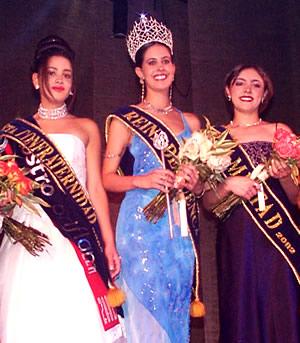 Reina de Cuenca 2002 .- Paula Silva (Srta. Amistad), junto a María Belén Borrero (Srta. Confraternidad) y María Victoria Arbeláez (Reina de Cuenca), dignas representantes de la belleza cuencana
