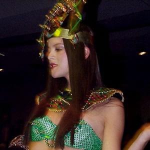 Reina de Cuenca 2002 .- Haciendo gala de su belleza, Tatiana Palacios en el desfile en traje típico