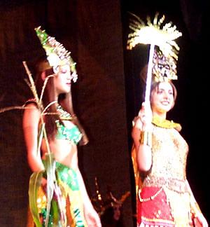 Reina de Cuenca 2002 .- Tatiana Palacios junto a Paula Silva lucen bellas y encantadoras en su aparición en traje típico