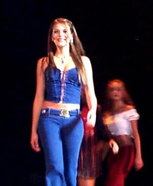 Reina de Cuenca 2002 .- En su desfile en traje informal vemos a Tatiana Palacios seguida de Paola Cuesta y Andrea Palacios