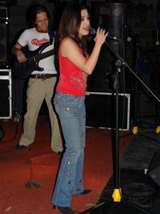 Las Lolas en Cuenca .- Las experiencias acumuladas por estas dos jóvenes cantantes son tantas, que no pueden escoger una sola como la más importante. Su deseo es traspasar las fronteras del país, que poco a poco se ve realizado, pues en Panamá, Costa Rica y Bolivia, tuvieron acogida sus canciones.