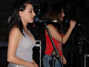"""Las Lolas en Cuenca .- En noviembre del mismo año comparten el escenario en """"Girados"""" con Miguel Bosé y Ana Torroja en el Coliseo Rumiñahui donde su gran actuación fue comentada por los principales diarios a nivel nacional"""