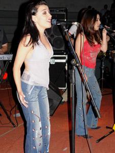 """Las Lolas en Cuenca .- El 12 de Julio del 2000 se lanza el primer disco homónimo del dúo, en el que canciones tales como: """"Que debo hacer"""", """"Dame"""", """"De bar en bar"""", impulsaron el producto llevándolo a ocupar los primeros lugares en su género."""