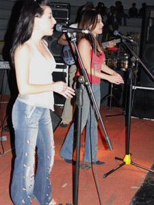 """Las Lolas en Cuenca .- La vida de estas dos cantantes quiteñas son paralelas, van juntas, aunque no son exactamente iguales. Y aunque siempre se llevaron bien, ahora están más compenetradas que nunca gracias a Dos, su nuevo trabajo discográfico, al que ellas llaman dulcemente """"el bebé""""."""