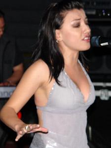 Las Lolas en Cuenca .- Entre el 2002 y 2003 viajan a Miami a realizar la producción de su segundo disco 'DOS', cuyos promocionales 'Me haces tanta falta' 'Atrápame' 'Esta Soledad' y 'La noche se va' las reposiciona en el mercado ecuatoriano.