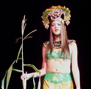 Reina de Cuenca 2002 .- Tatiana Palacios realza la belleza del traje típico que lleva en su segunda aparición sobre el escenario