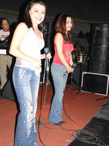 Las Lolas en Cuenca .- Entre el 2002 y 2003 viajan a Miami a realizar la producción de su segundo disco 'DOS', cuyos promocionales 'Me haces tanta falta' 'Atrápame' 'Esta Soledad' y 'La noche se va' las reposiciona en el mercado ecuatoriano